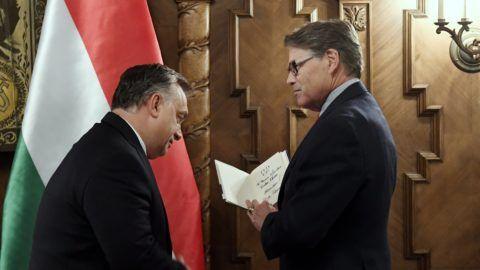 Budapest, 2018. november 13. Orbán Viktor miniszterelnök (b) fogadja hivatalában Rick Perry amerikai energiaügyi minisztert az Országházban 2018. november 13-án. MTI/Koszticsák Szilárd