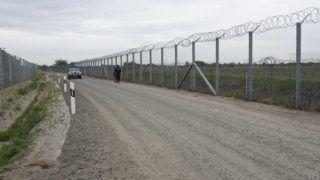 Röszke, 2017. április 28. Gépkocsizó és gyalogos járõr a szerb-magyar határon álló biztonsági határzár elsõ és második kerítéssora között futó manõverúton Röszke térségében 2017. április 28-án. Elkészült a kétsoros kerítésrendszer második kerítése a magyar-szerb határ teljes, 155 kilométeres hosszán. MTI Fotó: Kelemen Zoltán Gergely