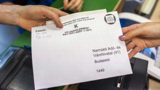 Budapest, 2014. május 20.Egy férfi személyi jövedelemadó-bevallást ad fel a budapesti 62-es postán 2014. május 20-án. Ma éjfélkor lejár a bevallás benyújtásának és az adó megfizetésének határideje.MTI Fotó: Marjai János