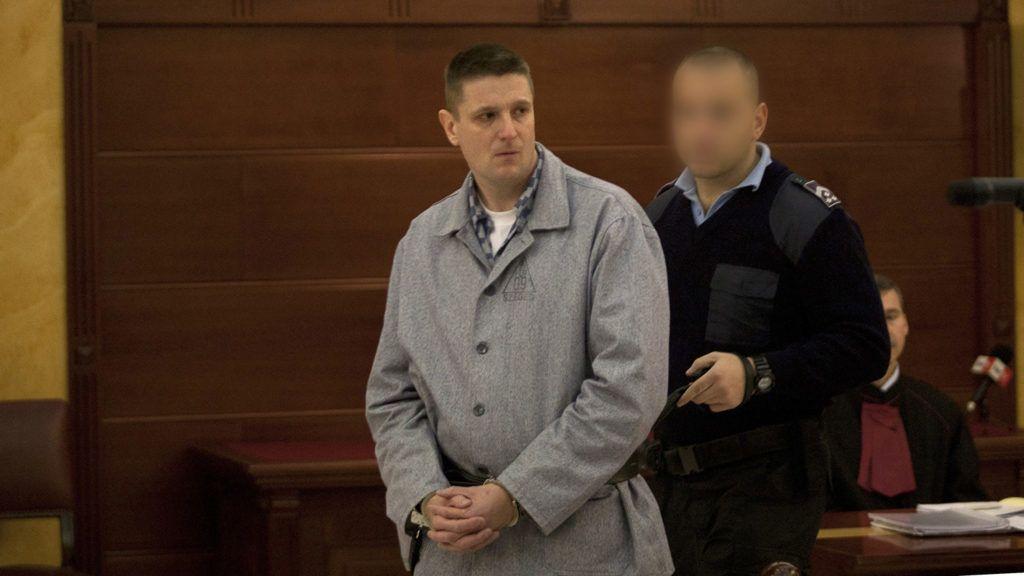 Budapest, 2011. november 3.A móri bankrablás ügyében jogerősen életfogytiglani szabadságvesztésre ítélt Weiszdorn Róbertet vezetik elő perének felülvizsgálati tárgyalására a Legfelsőbb Bíróság tárgyalótermében.MTI Fotó: Marjai János