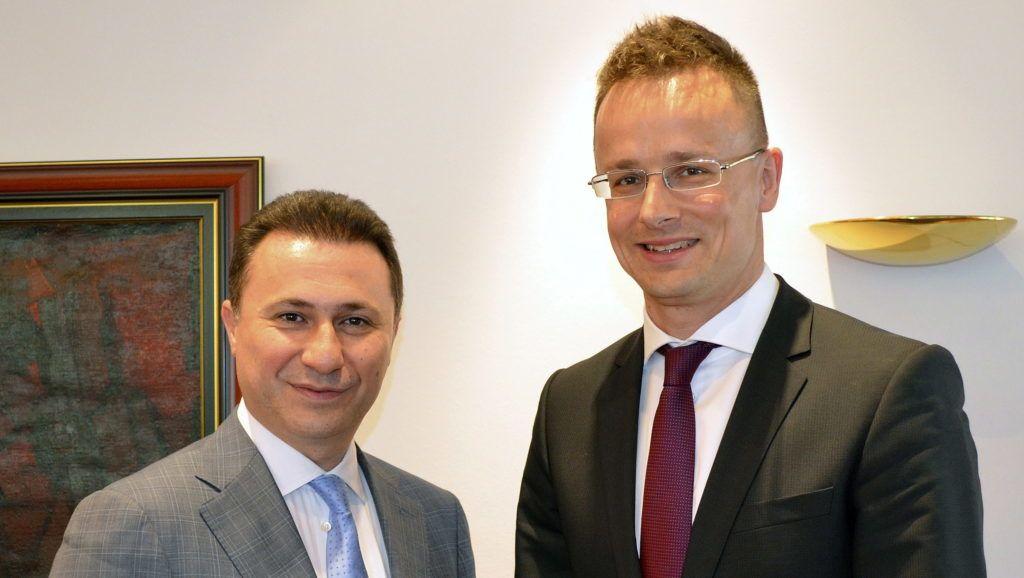 Szkopje, 2013. május 27. A Miniszterelnökség által közreadott képen Nikola Gruevszki macedón miniszterelnök (b) fogadja Szijjártó Péter külügyi és külgazdasági államtitkárt Szkopjéban 2013. május 27-én. MTI Fotó: Miniszterelnökség