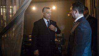 Valletta, 2017. március 29. A Miniszterelnöki Sajtóiroda által közreadott képen Orbán Viktor kormányfõ (b) és Nikola Gruevszki korábbi kormányfõ, a kormányzó jobboldali Belsõ Macedón Forradalmi Szervezet - Macedón Nemzeti Egység Demokratikus Pártja (VMRO-DPMNE) vezetõje az Európai Néppárt máltai kongresszusán Vallettában 2017. március 29-én. MTI Fotó: Miniszterelnöki Sajtóiroda / Szecsõdi Balázs