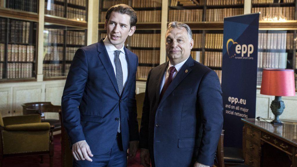 Brüsszel, 2018. június 28. A Miniszterelnöki Sajtóiroda által közreadott képen Sebastian Kurz osztrák kancellár (b) és Orbán Viktor miniszterelnök tárgyal az Európai Néppárt csúcstalálkozója elõtt Brüsszelben 2018. június 28-án. MTI Fotó: Miniszterelnöki Sajtóiroda / Szecsõdi Balázs