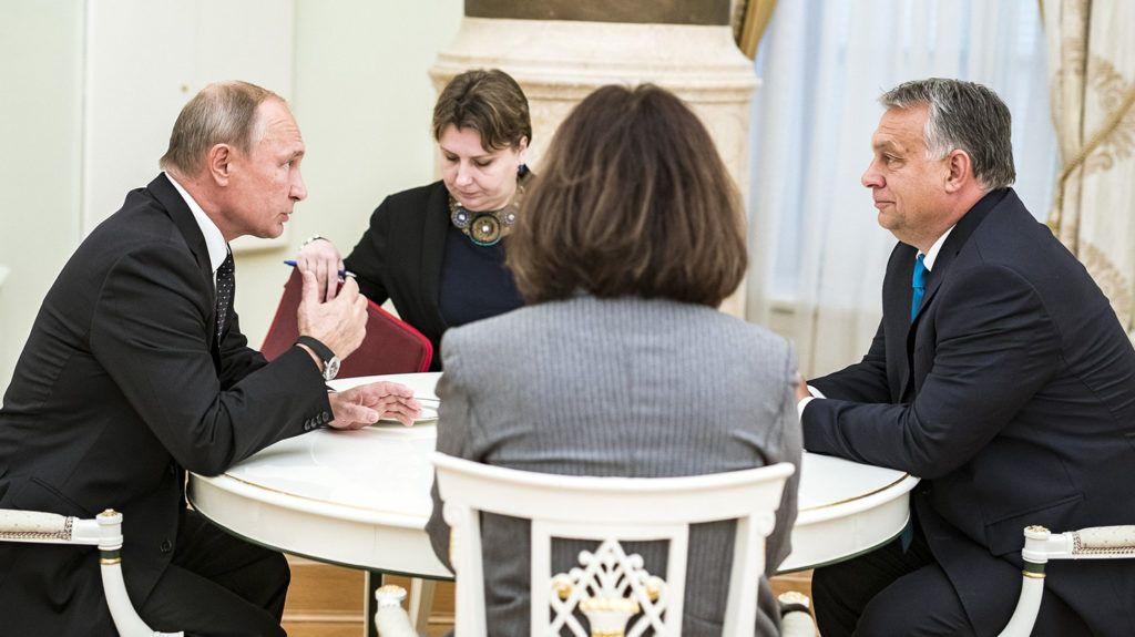 Moszkva, 2018. szeptember 18.A Miniszterelnöki Sajtóiroda által közreadott képen Vlagyimir Putyin orosz elnök (b) és Orbán Viktor miniszterelnök négyszemközti megbeszélése Moszkvában 2018. szeptember 18-án.MTI Fotó: Miniszterelnöki Sajtóiroda / Szecsődi Balázs