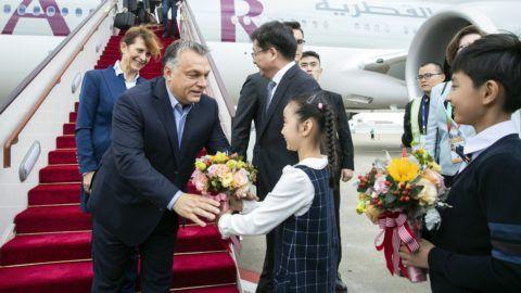 Sanghaj, 2018. november 4. A Hszinhua kínai ügynökség által közreadott képen Orban Viktor miniszterelnök (b) és felesége, Lévai Anikó a sanghaji repülõtérre érkezik 2018. november 4-én. Orbán Viktor a november 5-én Sanghajban megnyíló elsõ Kínai Nemzetközi Import Expo (CIIE) eseményein vesz részt. MTI/Hszinhua