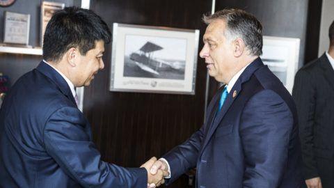 Sanghaj, 2018. november 5. A Miniszterelnöki Sajtóiroda által közzétett képen Orbán Viktor kormányfõ (j) és Guo Ping, a Huawei csoport elnöke Sanghajban 2018. november 5-én. MTI/Miniszterelnöki Sajtóiroda/Szecsõdi Balázs