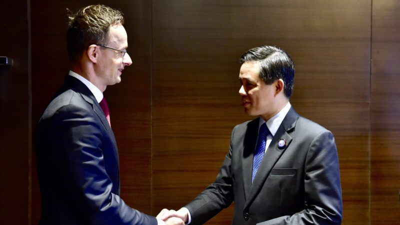 Sanghaj, 2018. november 5. A Külgazdasági és Külügyminisztérium által közzétett képen Szijjártó Péter külgazdasági és külügyminiszter (b) és Csan Csun Szing szingapúri kereskedelmi és ipari miniszter Sanghajban 2018. november 5-én. MTI/KKM/Mitko Sztojcsev