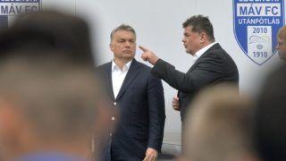 Szolnok, 2016. április 9. Orbán Viktor miniszterelnök (b) és Nyerges Zsolt, a Szolnoki MÁV FC tulajdonosa az újjáépített Tiszaligeti Stadion megnyitóján Szolnokon 2016. április 9-én. MTI Fotó: Máthé Zoltán