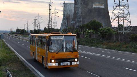 Várpalota, 2018. május 12. Ikarus 266-os távolsági autóbusz halad a várpalotai hõerõmû mellett Tatabánya felé 2018. május 12-én. MTI Fotó: Máthé Zoltán