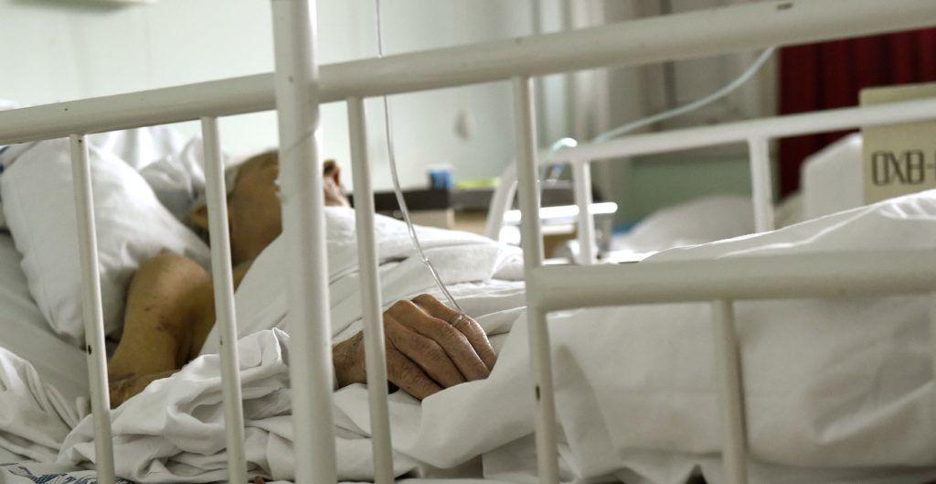 Budapest, 2017. február 23. Egy beteg az óbudai  Szent Margit Kórház megújulás elõtt álló gasztroenterológiai osztályán 2017. február 23-án. Ezen a napon az egészségügyi intézmény fejlesztésérõl tartottak sajtótájékoztatót, amelyen elhangzott, hogy idén több mint kétszázmillió forintból folytatódik a kórház megújulása. MTI Fotó: Bruzák Noémi