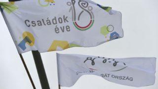 """Budapest, 2018. szeptember 4. """"Családbarát ország"""" és """"Családok éve"""" feliratú zászlók a Margit hídon 2018. szeptember 4-én. A családok éve alkalmából hét budapesti hídon csaknem ötszáz zászlót helyeztek ki, amelyek azt üzenik, hogy a kormány támogatja a családalapítást, a gyermekvállalást, a gyermeknevelést. MTI Fotó: Bruzák Noémi"""