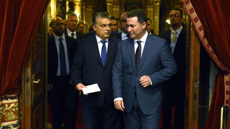 Budapest, 2015. november 20.Orbán Viktor miniszterelnök (b) és Nikola Gruevszki macedón kormányfő sajtótájékoztatóra érkezik Budapesten, a Parlamentben 2015. november 20-án.MTI Fotó: Soós Lajos
