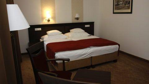 Miskolc (Lillafüred), 2009. december 22. Szoba a lillafüredi Hunguest Hotel Palotában. A Hunguest Hotels lánchoz tartozó szálloda csaknem 200 millió forintos uniós támogatással, több mint 500 millió forint értékben újult meg. A korábban háromcsillagos hotel négycsillagos osztályba került. MTI Fotó: Vajda János