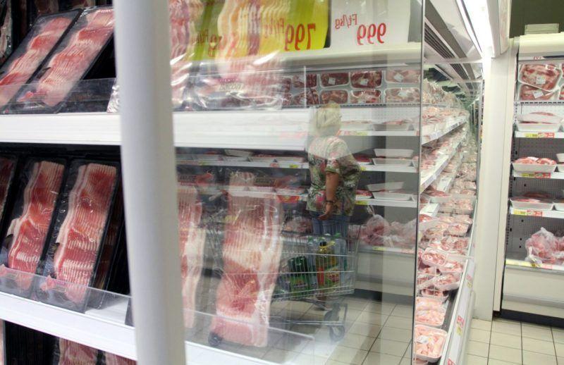 Miskolc, 2011. augusztus 10. Egy vásárló a miskolci Auchan áruházban. MTI Fotó: Vajda János
