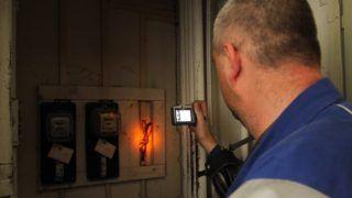 Miskolc, 2012. március 21. Az áramszolgáltató munkatársa lefényképez egy illegális bekötést Miskolcon az Avas városrészben,  ahol a polgármesteri hivatal más társhatóságokkal együttmûködve átfogó ellenõrzést tart. MTI Fotó: Vajda János