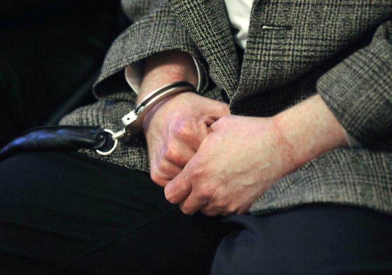 Budapest, 2010. december 9. Weiszdorn Róbert vádlott keze az ítélethirdetés alatt a móri ügy tárgyalásán. A Fõvárosi Ítélõtábla jogerõsen életfogytig tartó szabadságvesztésre ítélte Weiszdorn Róbertet a 2002 májusában elkövetett, nyolc halálos áldozatot követelõ móri bankrablás miatt. A férfi 40 év után bocsátható leghamarabb feltételesen szabadlábra. MTI Fotó: Beliczay László