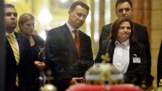 Budapest, 2012. november 14. A budapesti látogatáson tartózkodó Nikola Gruevszki macedón miniszterelnök (k) megtekinti a koronázási jelvényeket a Parlamentben 2012. november 14-én. MTI Fotó: Beliczay László