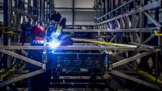 Székesfehérvár, 2018. szeptember 6.Autóbusz vázát készítik az Ikarus Járműtechnika Kft. székesfehérvári gyárában 2018. szeptember 6-án. A Nagyvállalati Beruházási Támogatás keretében több mint 400 millió forintos kormányzati támogatással, összesen 1,15 milliárd forintból valósult meg az IKARUS Járműtechnika Kft. kapacitásbővítő beruházása Székesfehérváron.MTI Fotó: Bodnár Boglárka