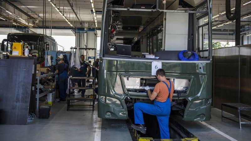 Székesfehérvár, 2018. szeptember 6.Autóbuszt szerelnek össze az Ikarus Járműtechnika Kft. székesfehérvári gyárában 2018. szeptember 6-án. A Nagyvállalati Beruházási Támogatás keretében több mint 400 millió forintos kormányzati támogatással, összesen 1,15 milliárd forintból valósult meg a cég kapacitásbővítő beruházása Székesfehérváron.MTI Fotó: Bodnár Boglárka