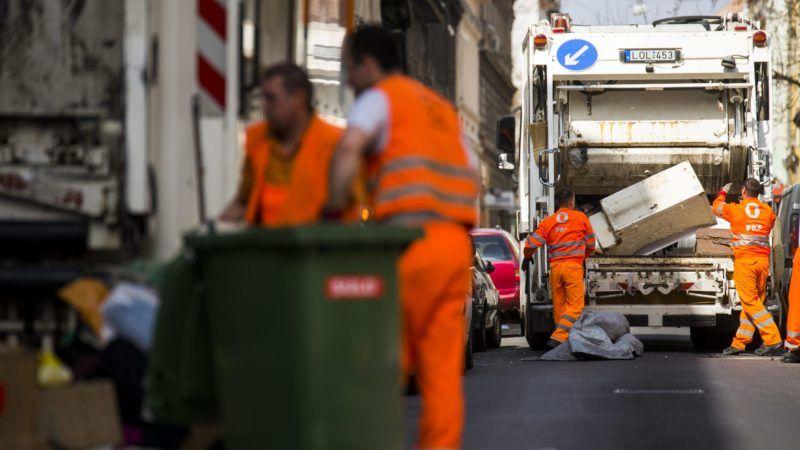 Budapest, 2015. március 26. A Fõvárosi Közterület-fenntartó Zrt. (FKF) munkatársai begyûjtik és elszállítják a lomtalanításkor keletkezett hulladékokat a VIII. kerületi Lujza utcában 2015. március 26-án. A lakosság minden évben igénybe veheti a FKF-el közösen szervezett, meghatározott idõpontban történõ, külön díjazás nélküli lomtalanítási szolgáltatást. MTI Fotó: Balogh Zoltán