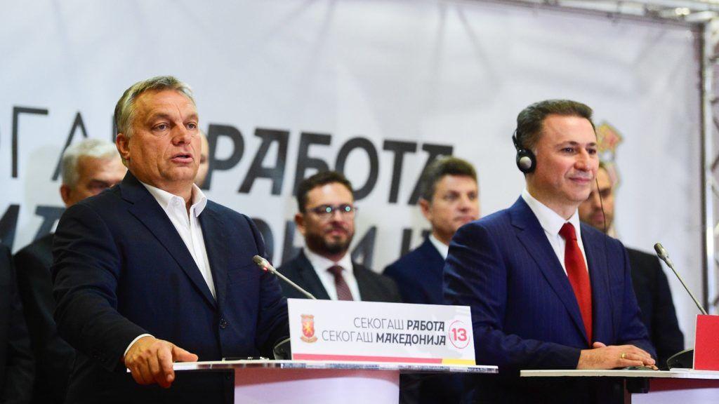 Ohrid, 2017. szeptember 28. Orbán Viktor miniszterelnök (b) és Nikola Gruevszki korábbi macedón kormányfõ, a jobboldali ellenzéki  Belsõ Macedón Forradalmi Szervezet - Macedón Nemzeti Egység Demokratikus Pártja (VMRO-DPMNE) vezetõje sajtótájékoztatót tart Ohridban 2017. szeptember 28-án. A magyar kormányfõ a sajtótájékoztatót megelõzõen munkaebéden vett részt Nikola Gruevszkivel és Janez Jansa egykori szlovén kormányfõvel, az ellenzéki, jobbközép Szlovén Demokrata Párt (SDS) elnökével. MTI Fotó: Balogh Zoltán