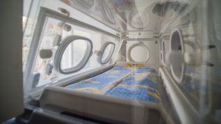 Budapest, 2018. szeptember 19. Anonim inkubátor a fõvárosi Szent János Kórház bejárata mellett 2018. szeptember 19-én. Ezen a napon az egészségügyi intézményben a koraszülött osztályt érintõ fejlesztésekrõl tartottak sajtótájékoztatót. Magyarországon elsõként indította el az inkubátoros csecsemõket és családjukat online összekötõ Babales programot a kórház. A program keretében anonim inkubátort helyeztek el az egészségügyi intézménynél - az elsõt Budán. MTI Fotó: Balogh Zoltán