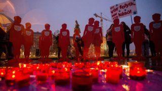 Budapest, 2018. november 25. Mécsesek égnek a Nõkért Együtt az Erõszak Ellen Egyesület (NANE) Néma Tanúk elnevezésû felvonulásán a Parlament elõtti Kossuth Lajos téren, amelyet a nõk elleni erõszak felszámolásának nemzetközi világnapja alkalmából tartottak Budapesten 2018. november 25-én. A felvonulás a NANE 16 Akciónap - zéró toleranciát a nõk elleni erõszakkal szemben! elnevezésû rendezvénysorozatának nyitóeseménye. MTI/Balogh Zoltán