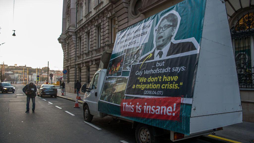"""Budapest, 2018. november 28.Kisteherautó óriásplakáttal a Miniszterelnökség előtt, amelyet Kovács Zoltán kormányszóvivő mutatott be a Kormányinfó sajtótájékoztatón 2018. november 28-án. Az angol felirat jelentése: """"Százak haltak meg terrortámadásokban 2015 óta… de Guy Verhofstadt azt mondja: """"nincs bevándorlási válság"""" (2018.04.07.) Ez ostobaság!""""MTI/Balogh Zoltán"""