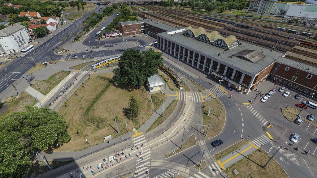Debrecen, 2015. július 15.A Petőfi tér és a vasútállomás épülete Debrecenben 2015. július 15-én. A tervek szerint 2020-ra épül meg a Modern Városok Program keretében 21 milliárd forintból a város új intermodális közlekedési csomópontja, az új debreceni főpályaudvar. A közel 43 ezer négyzetméteres központban kapna helyet a buszpályaudvar, a vasútállomás és a helyi járatok végállomása is.MTI Fotó: Czeglédi Zsolt
