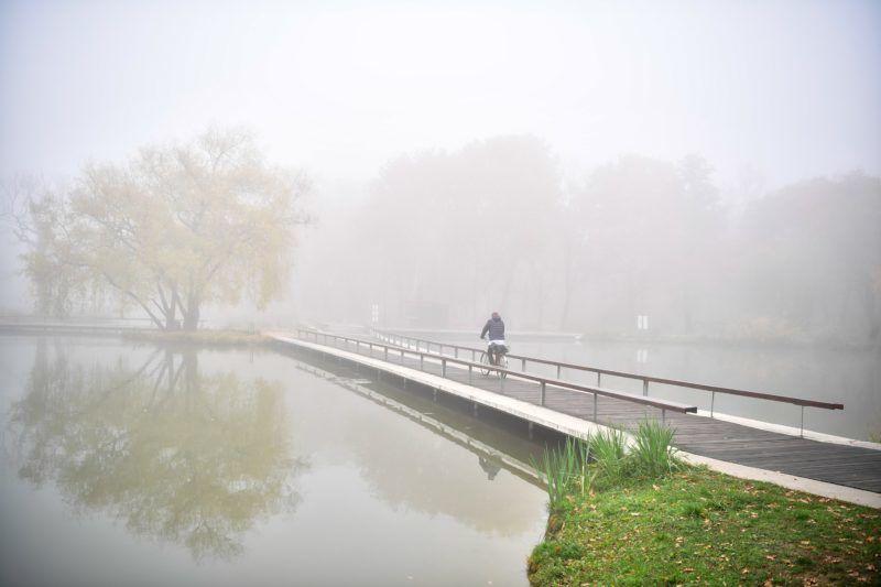 Debrecen, 2018. november 5. A Békás-tó sûrû ködben a debreceni Nagyerdõn 2018. november 5-én. MTI/Czeglédi Zsolt