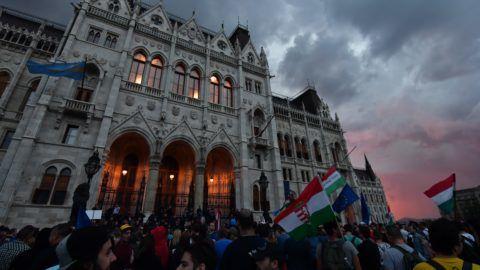 Budapest, 2018. május 8. Résztvevõk a 3.0 Mi vagyunk a többség - Tüntetés a demokráciáért! címmel meghirdetett demonstráción Budapesten, a Kossuth Lajos téren 2018. május 9-én. MTI Fotó: Mónus Márton