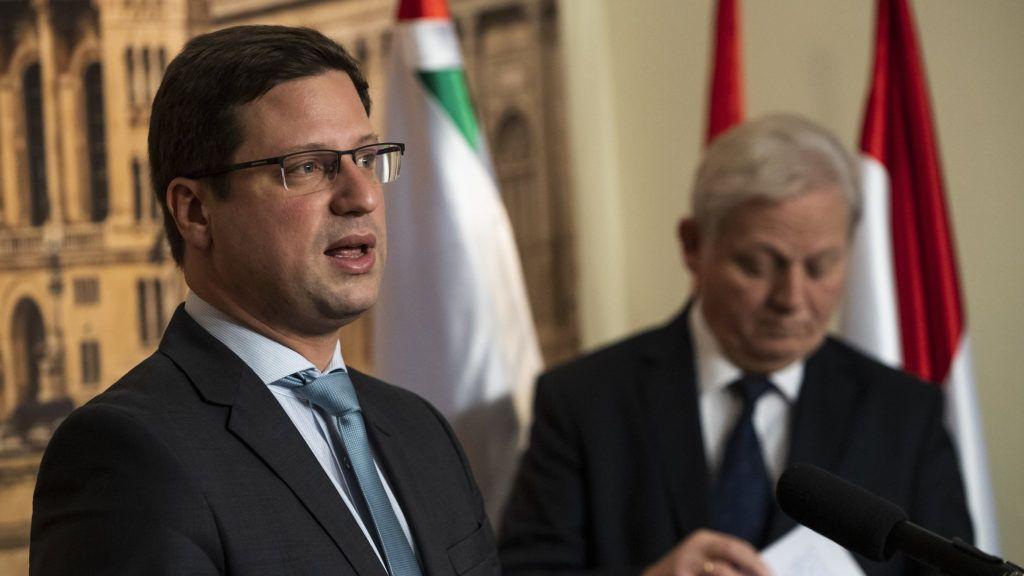 Budapest, 2018. november 17. Gulyás Gergely, a Miniszterelnökséget vezető miniszter (b) és Tarlós István főpolgármester sajtótájékoztatót tart a Budapestinfó keretében a kormány és a főváros együttműködéséről a Városházán 2018. november 17-én. Ezen a napon megalakult a Fővárosi Közfejlesztések Tanácsa, amely erősíti a főpolgármester és a fővárosi önkormányzat szerepét a budapesti fejlesztésekkel kapcsolatos döntésekben. MTI/Mónus Márton
