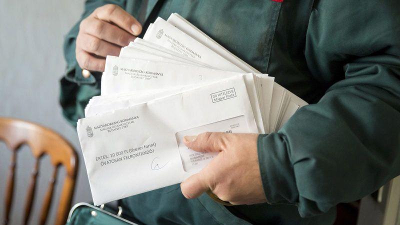 Budapest, 2017. december 7.Erzsébet-utalványokat tartalmazó borítékokat tart kezében egy postás a főváros XIII. kerületében 2017. december 7-én.MTI Fotó: Mohai Balázs