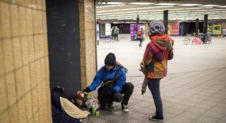 Budapest, 2017. december 12. Élelmiszert ad egy hajléktalannak a Budapest Bike Maffia önkéntese a Kálvin téri aluljáróban 2017. december 11-én este. A kerékpáros civil szervezet alaptevékenysége az adománygyûjtés, az önkéntesek az adományokat biciklivel szállítják ki a rászorulók részére. MTI Fotó: Mohai Balázs