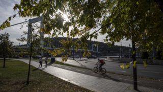 Budapest, 2018. október 29. Kerékpáros és gyalogosok az Erzsébet hídnál az õszi napsütésben 2018. október 29-én. Európa egyes magasabb pontjain már télies az idõjárás, Magyarországon a hétvégén melegrekordok dõltek meg. MTI/Mónus Márton