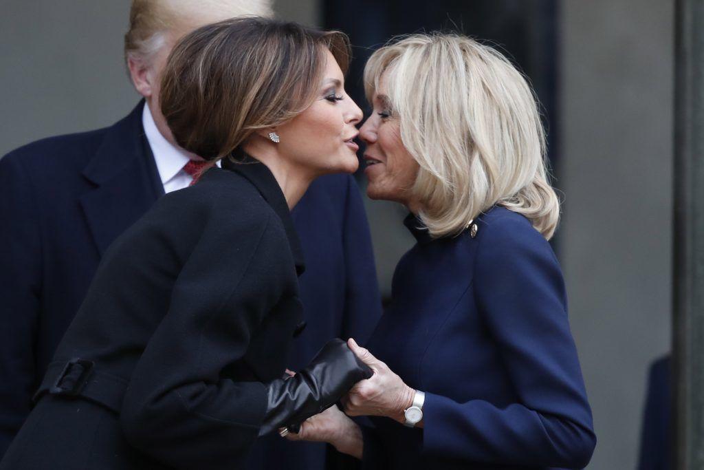 Párizs, 2018. november 10. Emmanuel Macron francia államfõ felesége, Brigitte Macron (j) és Donald Trump amerikai elnök felesége, Melania Trump búcsúzkodik a párizsi államfõi rezidenciánál, az Elysée-palotánál Trump és Macron kétoldalú megbeszélése után 2018. november 10-én. Trump az elsõ világháborút lezáró fegyverszünet 1918. november 11-ei aláírásának 100. évfordulója alkalmából rendezendõ ünnepségsorozatra érkezett Franciaországba. MTI/EPA/Ian Langsdon