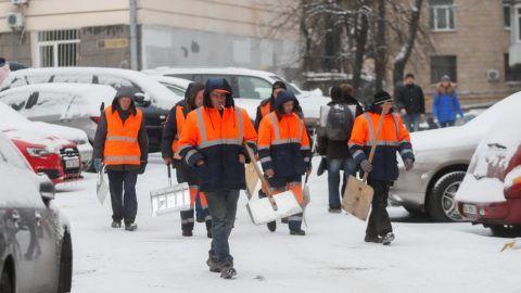 Kijev, 2018. november 14. Hóeltakarító munkások Kijev belvárosában 2018. november 14-én. MTI/EPA/Szerhij Dolzsenko