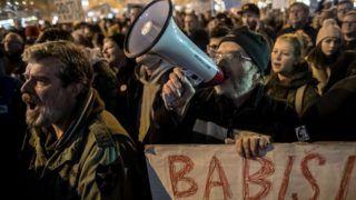 Prága, 2018. november 15. Andrej Babis cseh miniszterelnök lemondását követelik tüntetõk a prágai Vencel téren 2018. november 15-én. A cseh szenátus távozásra szólította fel a bûncselekménnyel gyanúsított kormányfõt. MTI/EPA/Martin Divisek