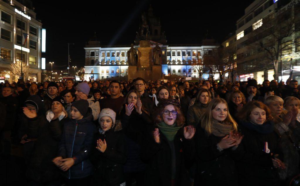 Prága, 2018. november 15. Andrej Babis cseh miniszterelnök lemondását követelik tüntet?k a prágai Vencel téren 2018. november 15-én. A cseh szenátus távozásra szólította fel a b?ncselekménnyel gyanúsított kormányf?t. MTI/AP/Petr David Josek