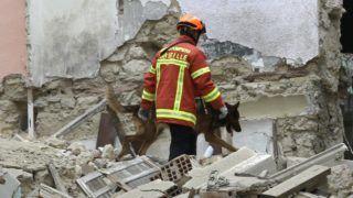 Marseille, 2018. november 5. Tûzoltó keresõkutyával kutat a romok között a Marseille déli részén történt házomlás helyszínén 2018. november 5-én. Áldozatokról, sebesültekrõl egyelõre nem érkezett jelentés. MTI/AP/Claude Paris
