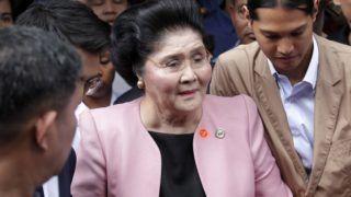 Quezon, 2018. november 16. Imelda Marcos, Ferdinand Marcos néhai Fülöp-szigeteki diktátor özvegye a korrupcióellenes ügyészségen tartandó meghallgatására érkezik a Manilától keletre fekvõ Quezon városban 2018. november 16-án. Óvadék ellenében szabadlábra helyezték a 89 éves nõt, akinek fellebbezési kérelmérõl a bíróság késõbb dönt.  MTI/EPA/Francis R. Malasig
