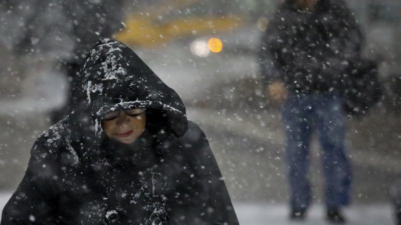 New York, 2018. november 16. Gyalogos a sûrû hóesésben New York Manhattan nevû városrészében 2018. november 15-én. Súlyos zavarokat okozott az elsõ havazás New Yorkban a városi közlekedésben és a légi forgalomban, amely miatt több nemzetközi repülõjáratot is töröltek vagy késve indítottak a John F. Kennedy nemzetközi repülõtérrõl. Az Egyesült Államok keleti partvidékén helyenként 20 centiméter hó esett. MTI/AP/Bebeto Matthews