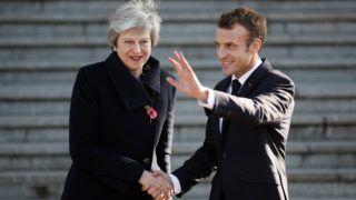 Albert, 2018. november 9. Theresa May brit miniszterelnököt fogadja Emmanuel Macron francia elnök az észak-franciaországi Albertben 2018. november 9-én, az elsõ világháborút lezáró tûzszünet aláírásának 100. évfordulója elõtt két nappal. May és Macron a nap folyamán ellátogat az elsõ világháború somme-i csatájában elesett brit katonák emlékmûvéhez az észak-franciaországi Thiepvalban. MTI/AP/Francois Mori