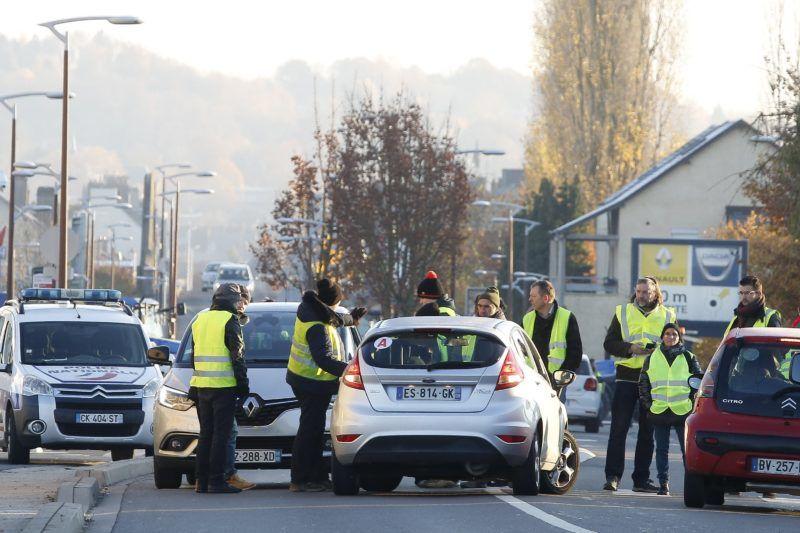 Sedan, 2018. november 17. Az interneten felháborodott autósok által néhány hete indított, a gépkocsikban kötelezõen tartandó láthatósági sárga mellényrõl elnevezett sárga mellényesek mozgalmának támogatói tiltakoznak az üzemanyag adójának emelése ellen Sedanban 2018. november 17-én. Franciaországban: mintegy ezer helyen ötvenezren tiltakoztak a civilek által szervezett megmozdulásokon. MTI/EPA/Julien Warnand