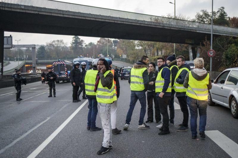 Párizs, 2018. november 17. Az interneten felháborodott autósok által néhány hete indított, a gépkocsikban kötelezõen tartandó láthatósági sárga mellényrõl elnevezett sárga mellényesek mozgalmának támogatói tiltakoznak az üzemanyag adójának emelése ellen Párizsban 2018. november 17-én. Franciaországban: mintegy ezer helyen ötvenezren tiltakoztak a civilek által szervezett megmozdulásokon. MTI/EPA/Christophe Petit Tesson