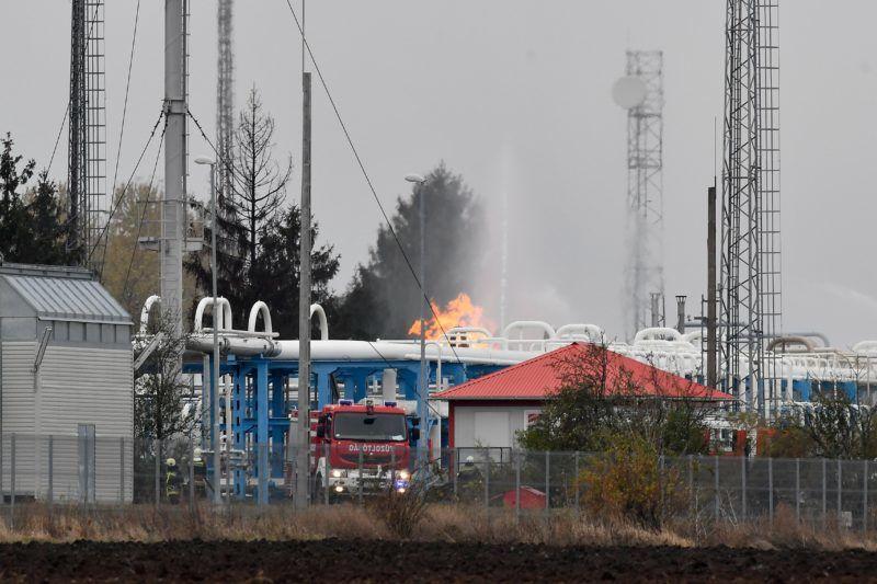 Nagyhegyes, 2018. november 20. Vízsugarakkal oltják a tüzet a Mol nagyhegyesi gáztározójában 2018. november 20-án. A gáz hajnalban lobbant be technológiai meghibásodás miatt.  A hibás vezetéket leválasztották, ám a csõben lévõ gáz még táplálja a lángokat. MTI/Czeglédi Zsolt