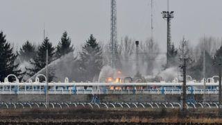 Hajdúszoboszló, 2018. november 20. Vízsugarakkal oltják a tüzet a Magyar Földgáztároló Zrt. hajdúszoboszlói gáztározójában 2018. november 20-án. A gáz hajnalban lobbant be technológiai meghibásodás miatt.  A hibás vezetéket leválasztották, ám a csõben lévõ gáz még táplálja a lángokat. MTI/Czeglédi Zsolt