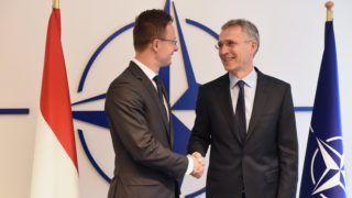 Brüsszel, 2018. október 25. A Külgazdasági és Külügyminisztérium (KKM) által közreadott képen Szijjártó Péter külgazdasági és külügyminiszter (b) és Jens Stoltenberg NATO-fõtitkár találkozója Brüsszelben 2018. október 25-én. MTI/KKM/Mitko Sztojcsev