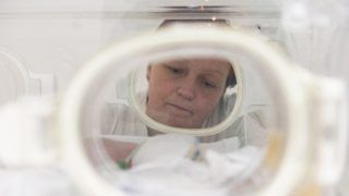 Nyíregyháza, 2018. november 16. Koraszülött gyermekét figyeli édesanyja a nyíregyházi Jósa András Oktató Kórház Gyermekosztályának Perinatális Intenzív Centrumában 2018. november 15-én. A koraszülöttek világnapja 2011 óta november 17-e, ezen a napon a 37. hét elõtt született és a 2500 gramm súlyt el nem érõ újszülöttek életéért vívott küzdelemre hívják fel a figyelmet. MTI/Balázs Attila