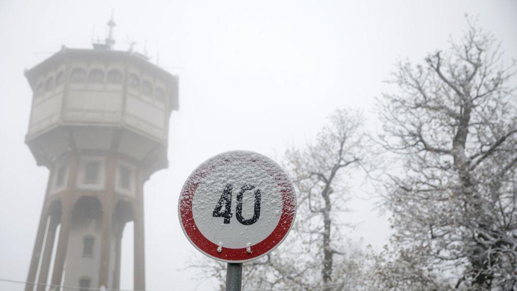 Budapest, 2018. november 19. Behavazott közlekedési tábla Budapesten, a Normafánál 2018. november 19-én. MTI/Mohai Balázs